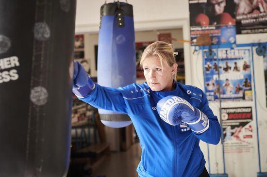 Gegenbauer Mitarbeiterin Nadine Roloff mit Boxhandschuhen beim Training