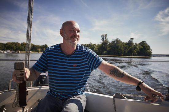 Gegenbauer Mitarbeiter Peter Rettig auf einem Segelboot